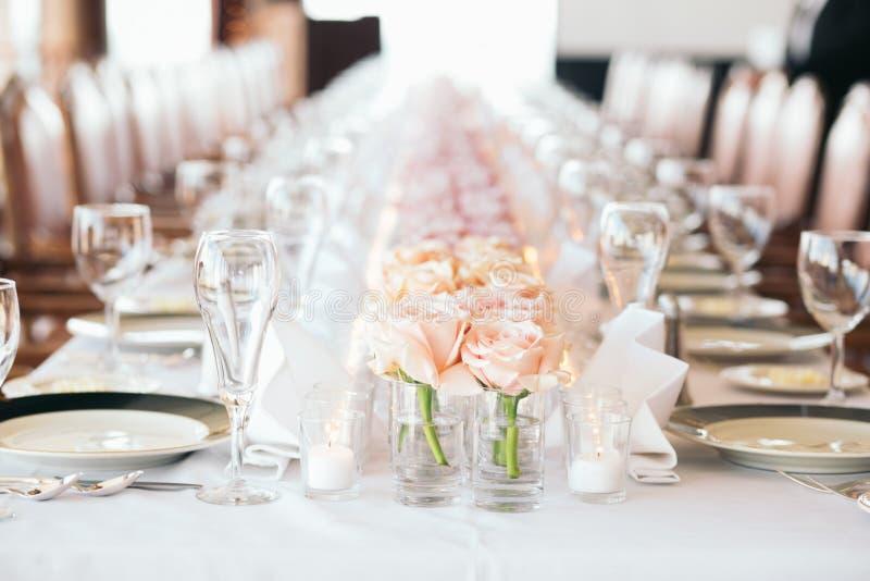 причудливая таблица установки Розовые цветки стоковое фото rf