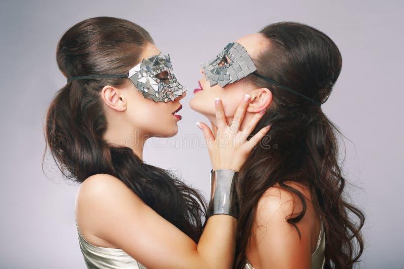 Причудливые женщины в сюрреалистских стилизованных серебряных масках стоковое фото rf