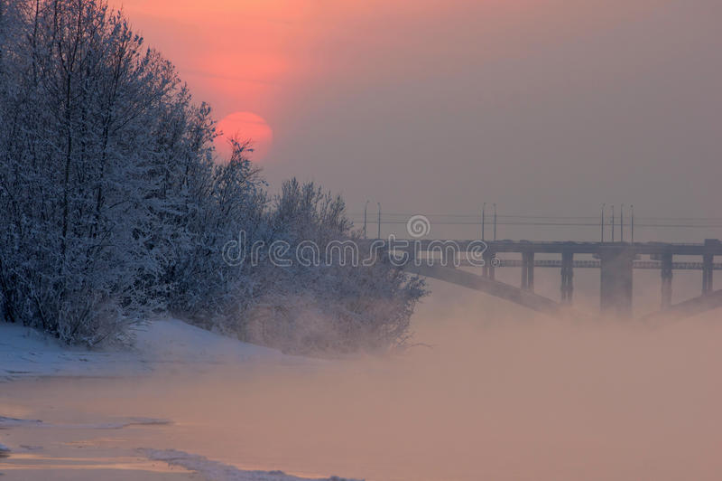 пришел заход солнца тумана вверх по зиме стоковое изображение rf