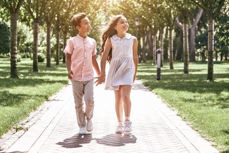 Картинка девочка и мальчик идут за руку