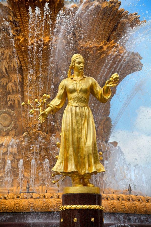 Приятельство фонтана наций СССР или дружбы народов СССР, выставки достижений народного хозяйства стоковые фотографии rf