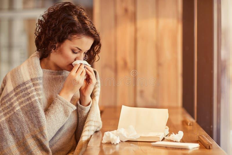 Приятная женщина чувствуя больной стоковые фотографии rf
