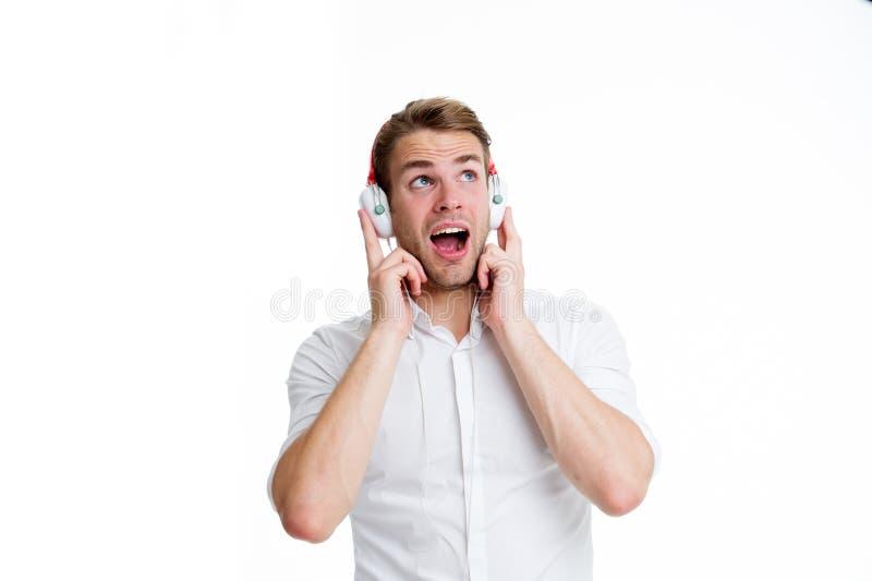 Приятная мелодия Укомплектуйте личным составом слушая любимую песню в наушниках и петь Гай с наушниками слушает музыка Удовлетвор стоковые изображения rf