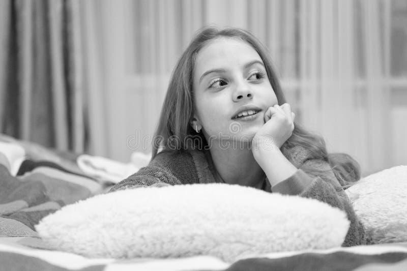Приятная релаксация времени Психические здоровья и позитивность Свободные направленные сценарии раздумья и релаксации для детей E стоковые фото