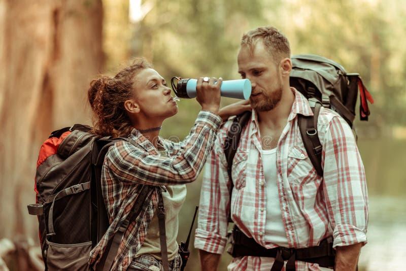 Приятная славная питьевая вода женщины от бутылки стоковое изображение