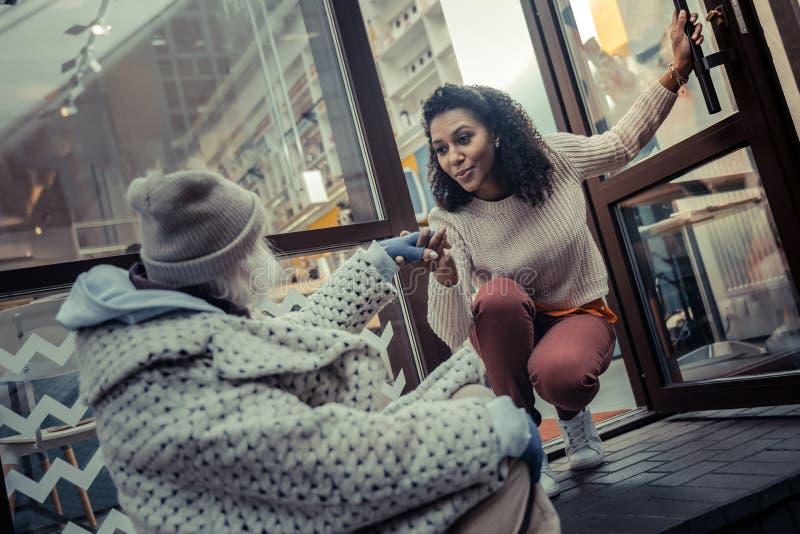 Приятная хорошая смотря женщина давая ее руку стоковая фотография rf