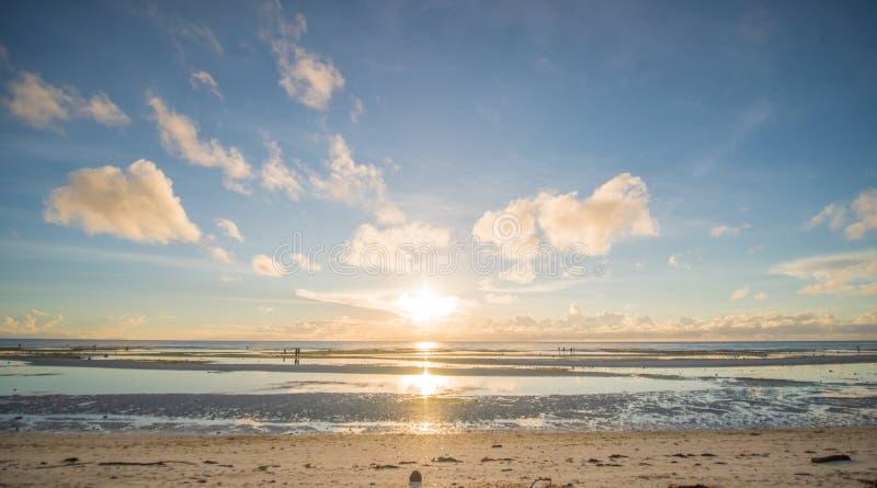 Приятное утро на фоне океана и идя людей в мелководье philippines стоковые фотографии rf