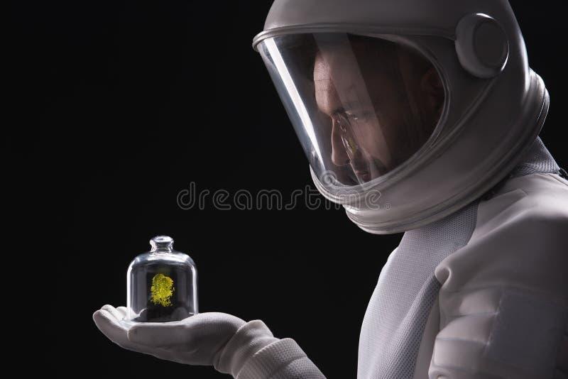 Приятный натренированный космонавт смотрит форму чужеземца стоковое изображение