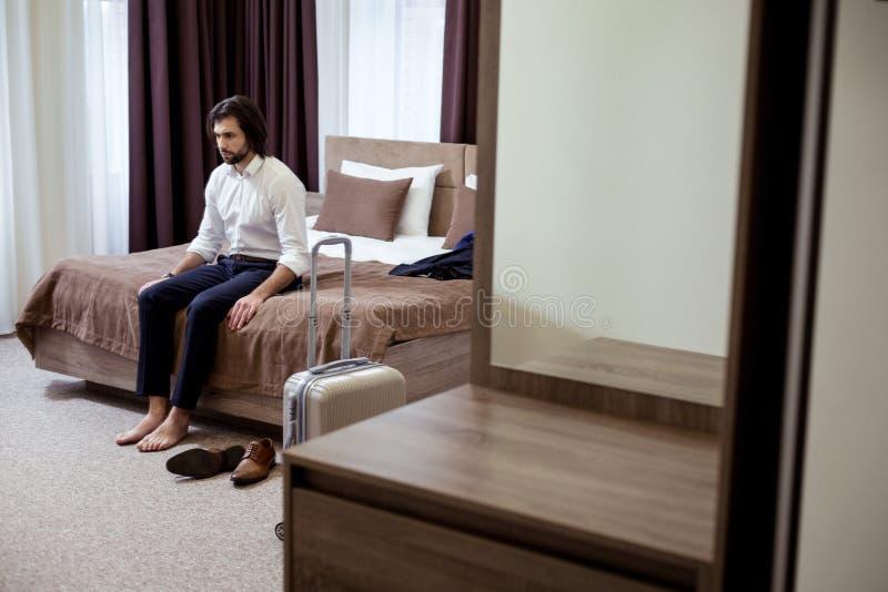 Приятный хороший смотря человек отдыхая на кровати стоковые изображения