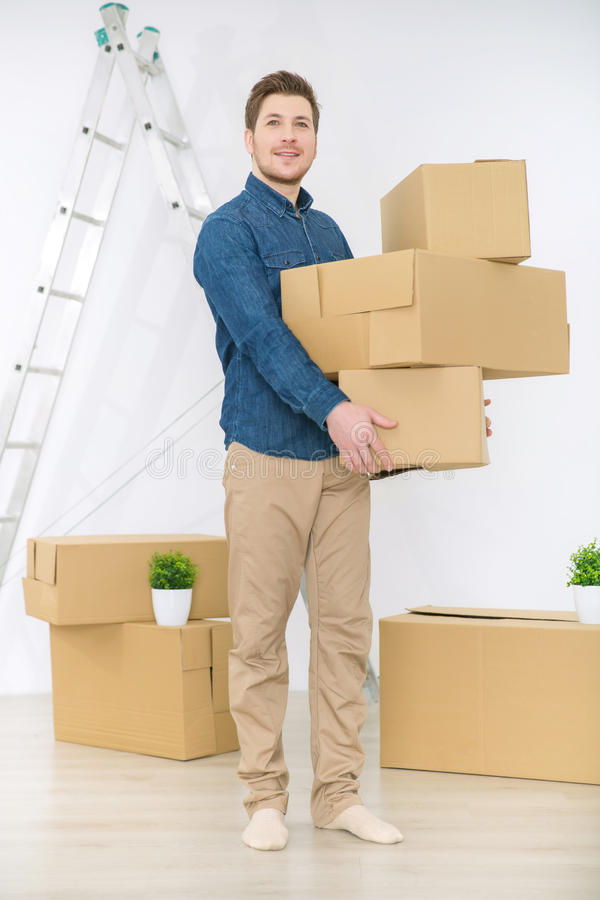 Приятный человек держа коробки стоковые фотографии rf