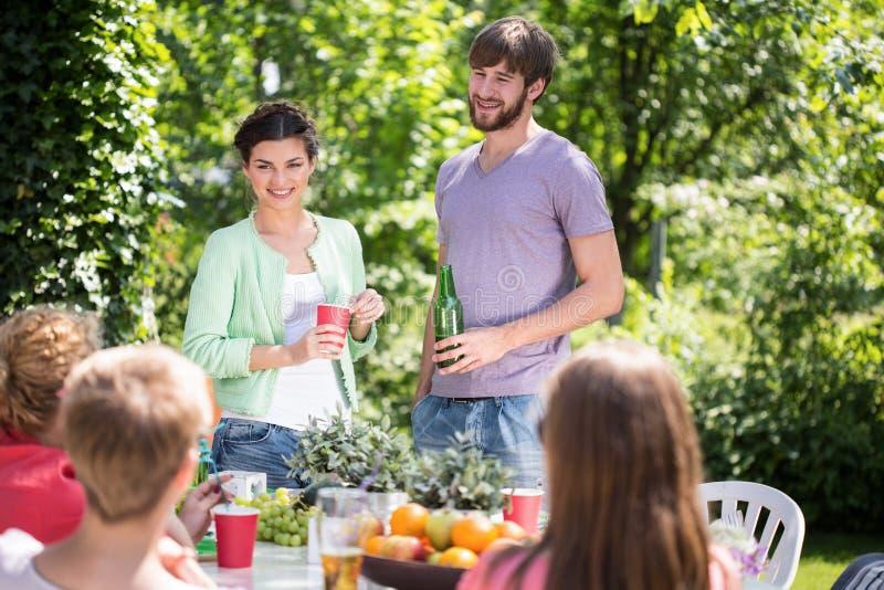 Приём гостей в саду на временени стоковые изображения