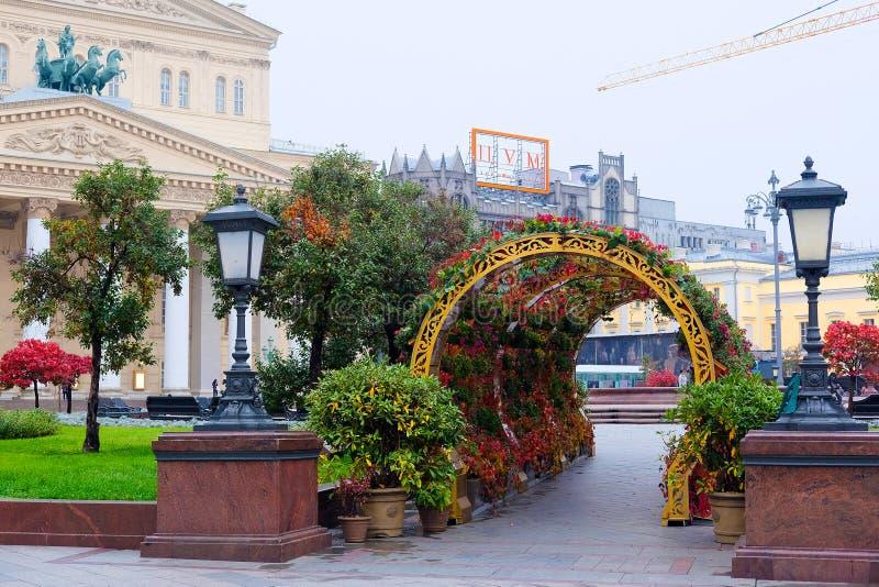 Придайте квадратную форму перед театром Bolshoy в центре Москвы стоковые фото