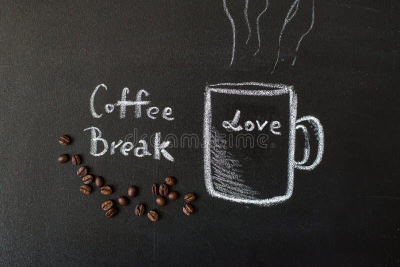 Придайте форму чашки вычерченное с мелом на черной доске и реальных кофейных зернах стоковое изображение rf