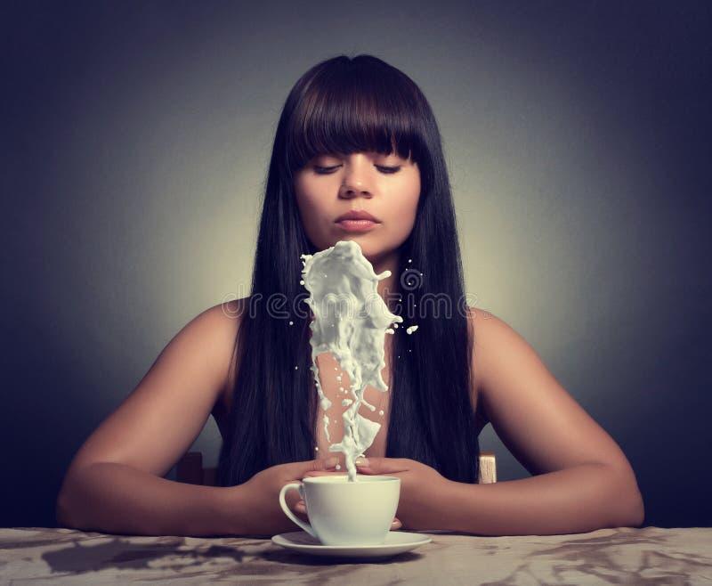придайте форму чашки женщина стоковое изображение rf