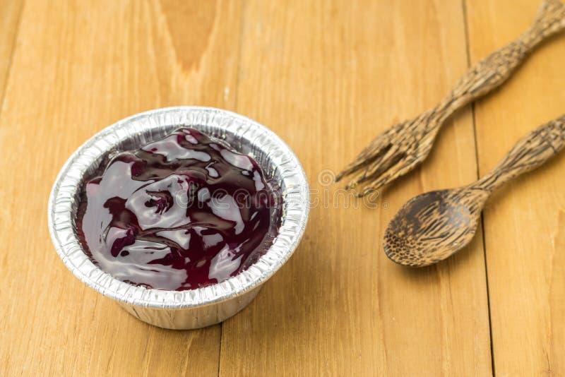 Придайте форму чашки пирог сыра голубики и ложка древесины фольклорная на деревянной доске стоковое изображение