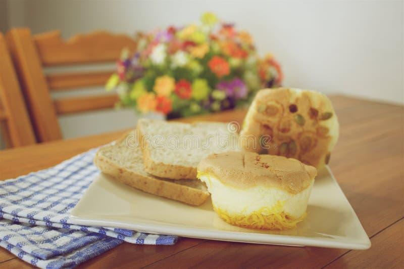 Придайте форму чашки торт с золотыми потоками с стилем голубой ткани винтажным стоковые изображения