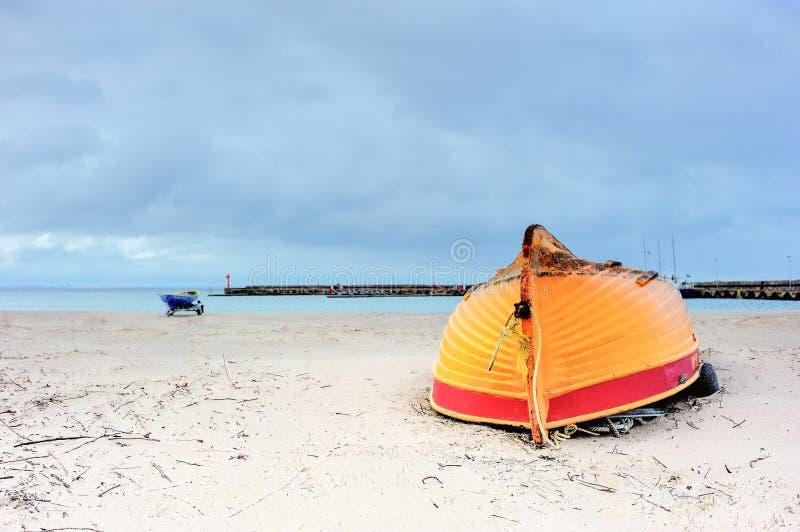 прилив шлюпки низкий моторизованный деревянный стоковые фотографии rf