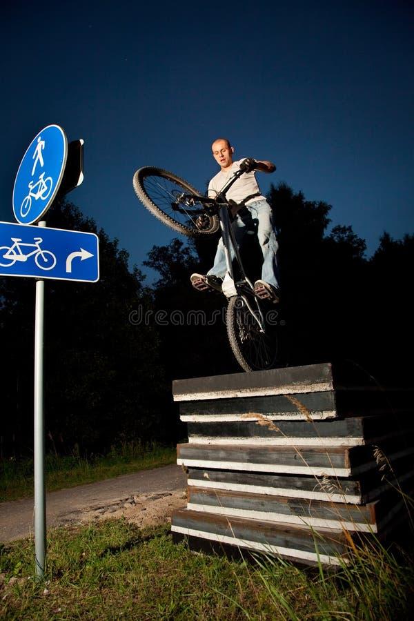 проба всадника фристайла велосипеда урбанская стоковые фотографии rf