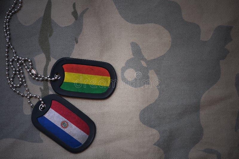 пробел армии, регистрационный номер собаки с флагом Боливии и Парагвай на хаки предпосылке текстуры стоковые изображения rf