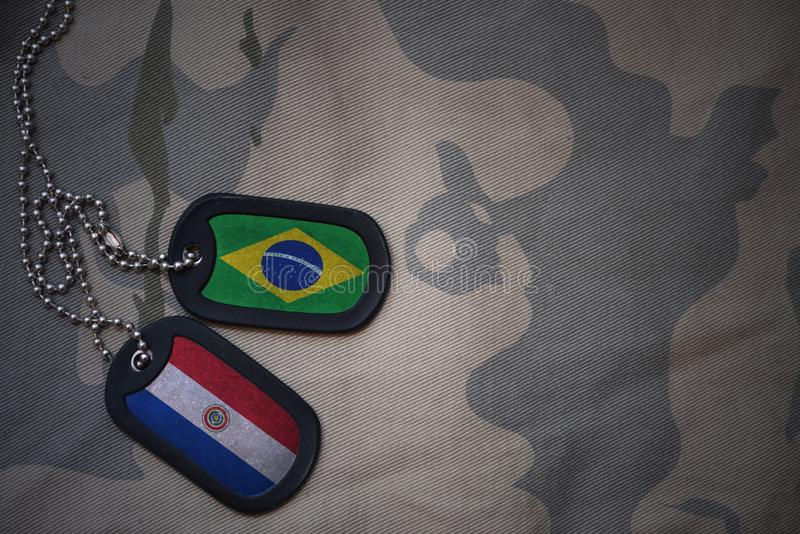 пробел армии, регистрационный номер собаки с флагом Бразилии и Парагвай на хаки предпосылке текстуры стоковое изображение rf