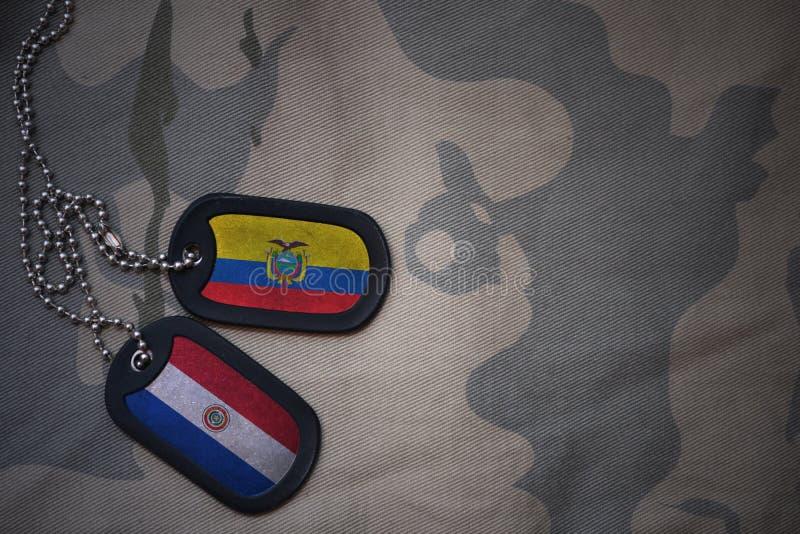 пробел армии, регистрационный номер собаки с флагом эквадора и Парагвай на хаки предпосылке текстуры стоковая фотография