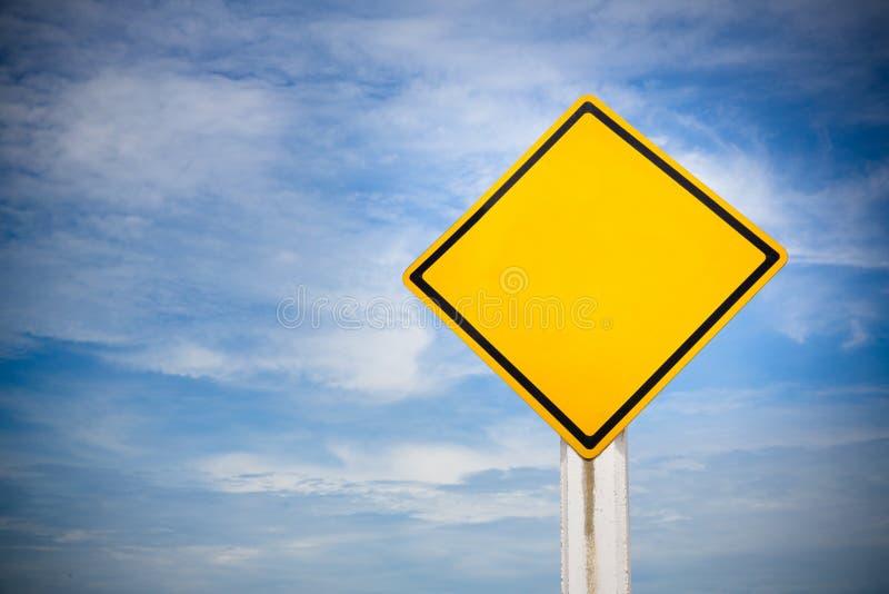 Пробел на знаке уличного движения на желтой предпосылке с пасмурным голубым небом символ для регулировок транспорта Изображение д стоковое фото rf