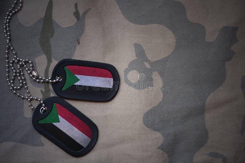 Пробел армии, регистрационный номер собаки с флагом Судана на хаки предпосылке текстуры стоковые фотографии rf