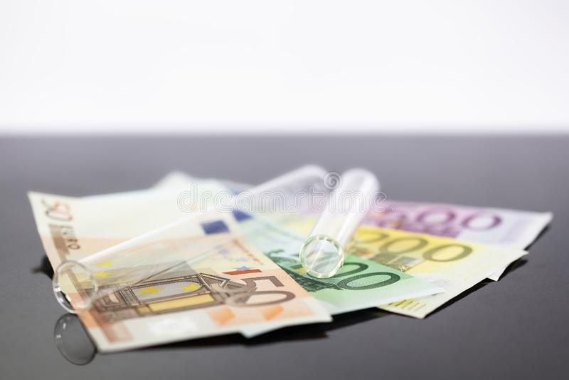 Пробирка изображения концепции панорамная с банкнотами евро стоковое фото rf