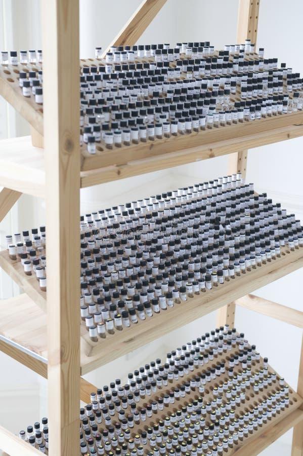 Пробирки в деревянной стойке стоковое фото