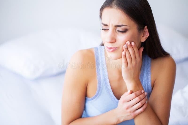 Проблема зубов Боль зуба чувства женщины Крупный план красивой унылой девушки страдая от сильной боли зуба привлекательностей стоковые изображения rf