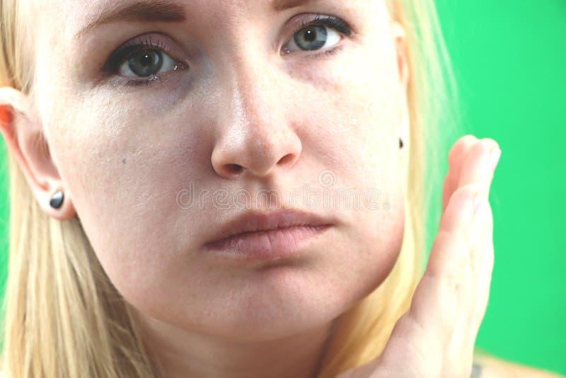 Проблема зубов Gumboil, поток и опухать щеки Крупный план красивой унылой девушки страдая от сильной боли зуба привлекательностей стоковое фото rf