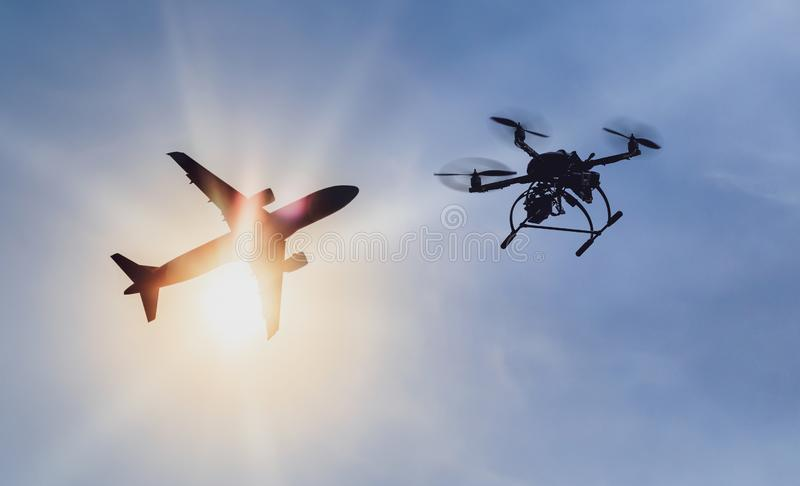 Проблема летая трутень незаконно около аэропорта стоковое фото rf