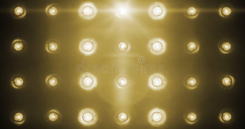Проблескивая сияющие золотые развлечения светов этапа, репроекторы фары в темноте, забастовке фары мягкого света золота теплой на стоковое фото rf