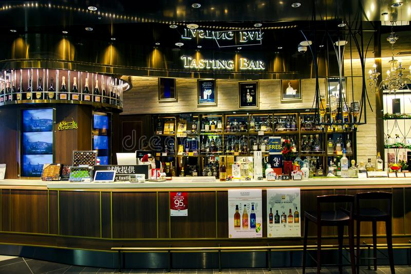 Пробовать бар в безпошлинном zona в аэропорте Narita стоковое изображение