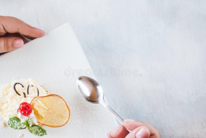 Пробовать сметанообразный оранжевый десерт в ресторане стоковое фото