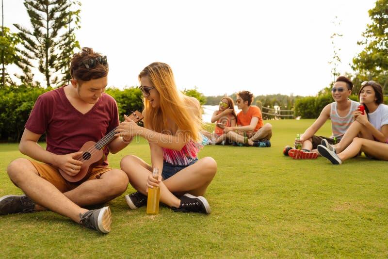 Пробовать сыграть гавайскую гитару стоковые фотографии rf
