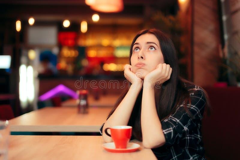 Пробуренная девушка ждать ее дату в кофейне стоковая фотография