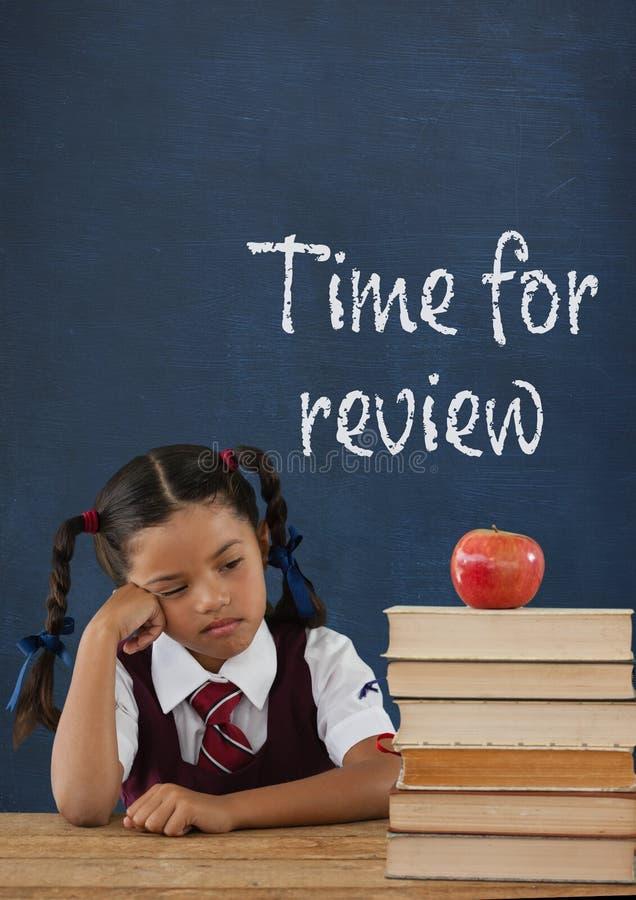 Пробуренная девушка студента на таблице против голубого классн классного с временем для текста обзора бесплатная иллюстрация