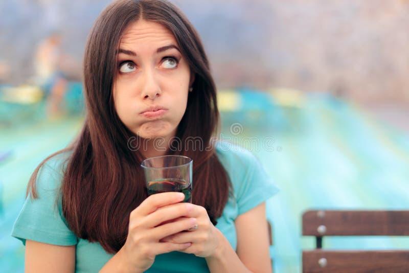 Пробуренная женщина со стеклом соды в ресторане стоковые изображения rf