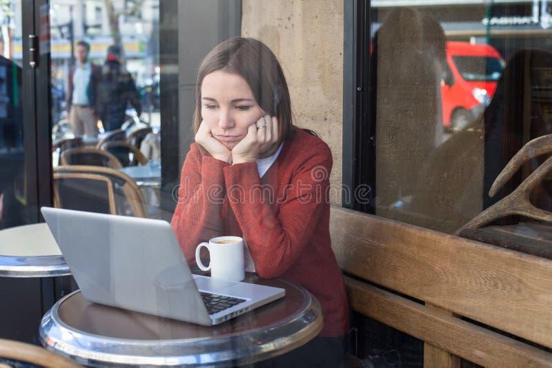 Пробуренная унылая женщина с компьтер-книжкой стоковое изображение rf