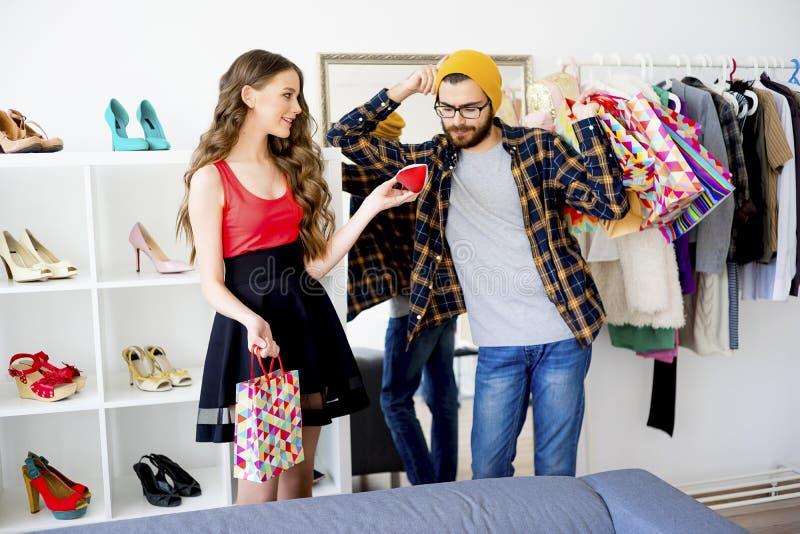 Пробуренные покупки человека с его подругой стоковая фотография rf