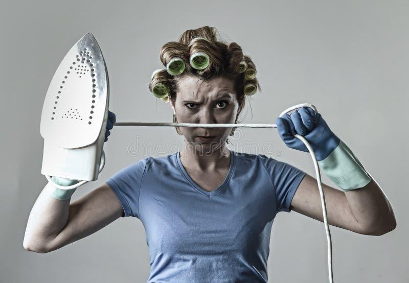 Пробуренный женщины или домохозяйки унылый и усиленный утюг удерживания сердитый и разочарованный стоковое фото