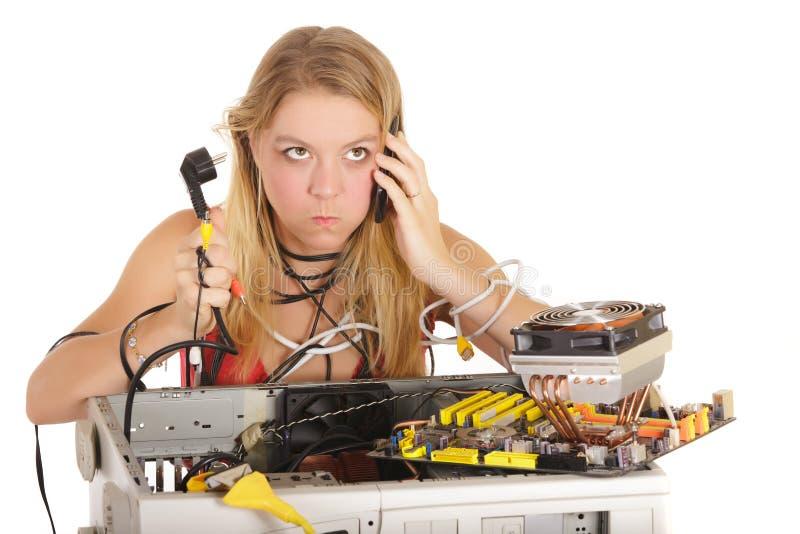 пробуренный компьютер ремонтируя женщину стоковые изображения rf