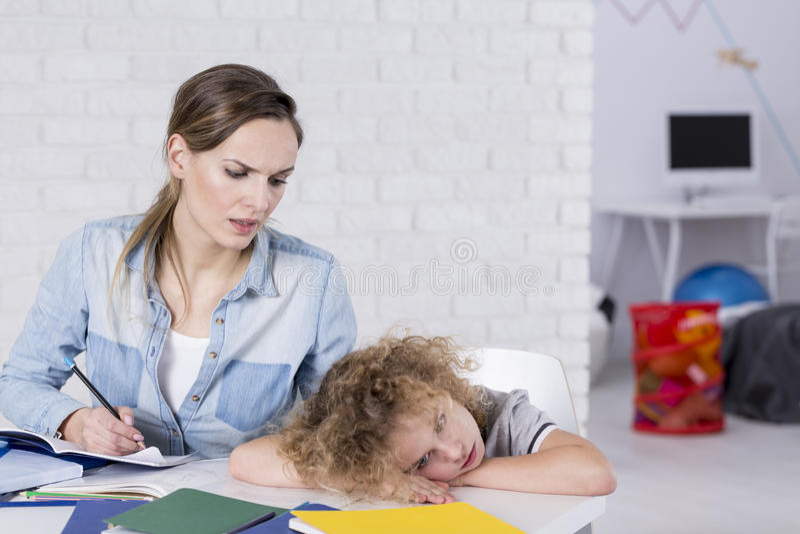Пробуренный ребенок на столе стоковые изображения rf