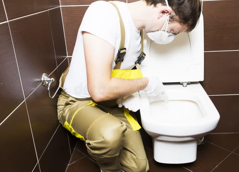 Проблемный участок выставки водопроводчика туалета стоковое фото
