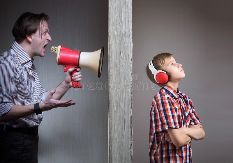 Проблемы между отцом и сыном стоковое изображение
