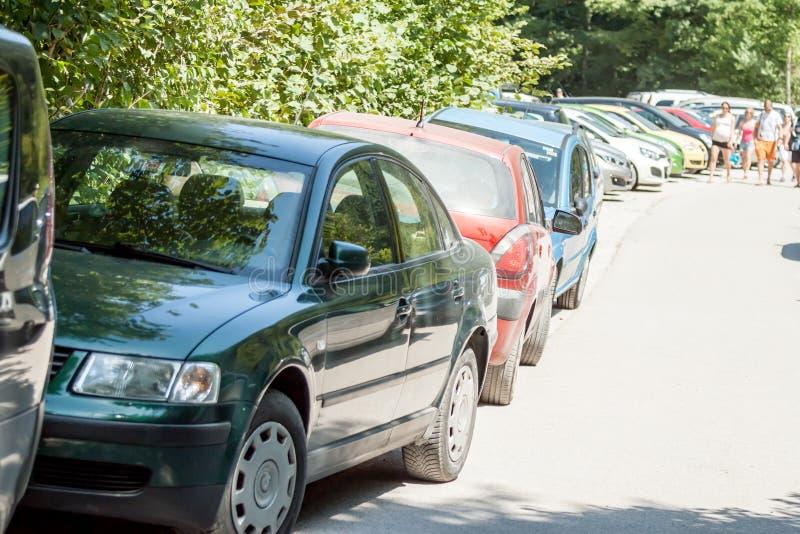 Проблемы узкой улицы с затором движения автостоянки стоковое фото