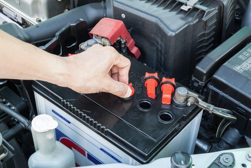Проверите автомобильный аккумулятор стоковые изображения rf