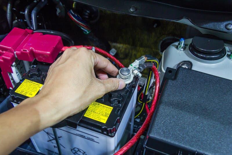 Проверите автомобильный аккумулятор стоковое фото
