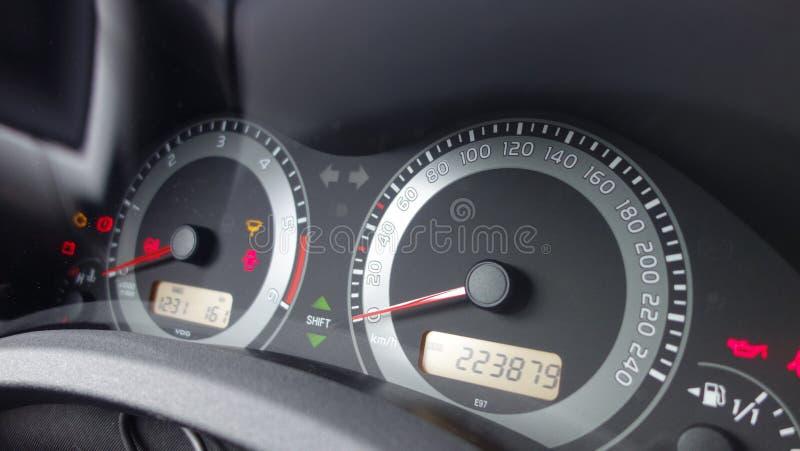 Проверите группу аппаратуры приборной панели значка двигателя, пробега одометра, уровень горючего, индикатор шестерни переноса, с стоковые фото